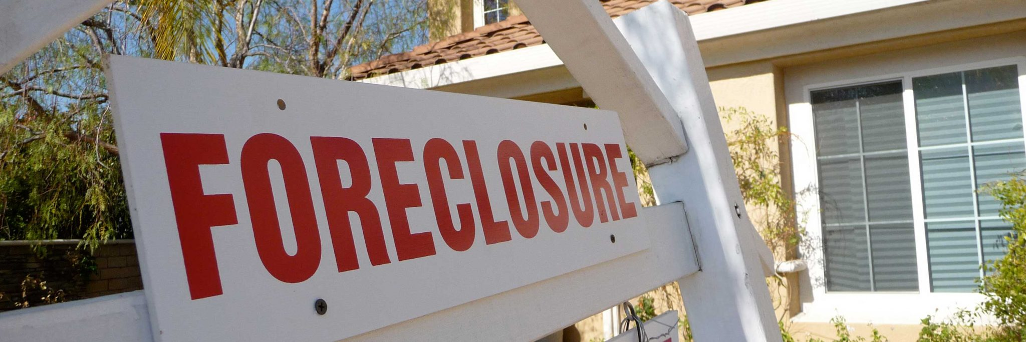 foreclosure junk removal services banner - image of a foreclosure sign